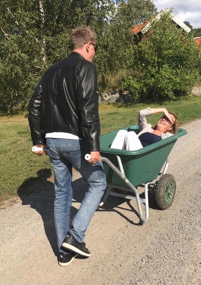 Johan kör Agnes i skottsäkra